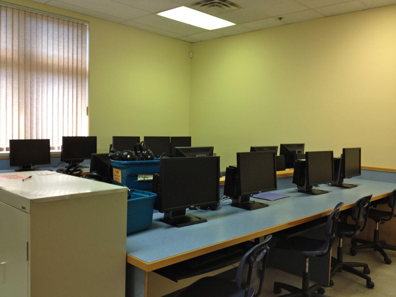 カナダ ビクトリアの語学学校 EmbassyCES 電子黒板を使った授業