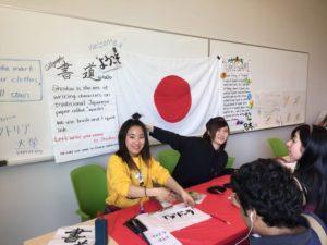 日本は習字を披露していました